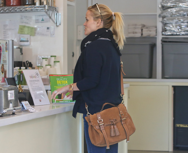 ff686f933e11 ... canada reece witherspoon papped in a new york fro yo yoghurt shop with  her tan mulberry switzerland mulberry alexa ...
